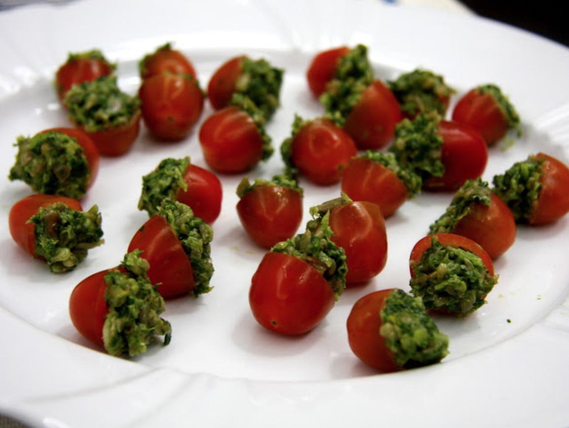 tomatinhos recheados com pesto em um prato