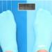pés com meias em cima de uma balança