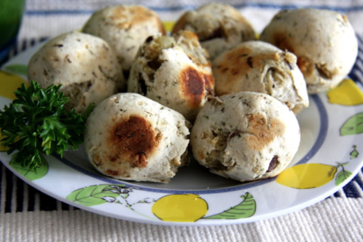 pão de batata em um prato com desenhos de limões