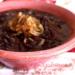 feijão gourmet com cebola caramelizada em uma tigela rosa