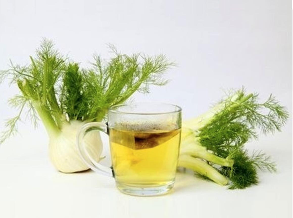 duas ervas doces e uma xícara de vidro de chá
