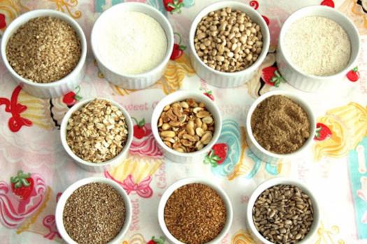 vários tipos de grãos, leguminosas e sementes em potinhos