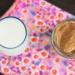 um copo de leite e um pote de ovomaltine caseiro