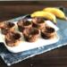 bolinhos de banana em um prato com duas bananas atrás