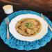 omelete de feijão em um prato e talheres