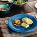 mesa posta e prato com hamburgueres de feijão