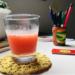 minha mesa de trabalho com um copo de refrigerante caseiro e um porta lápis cheio